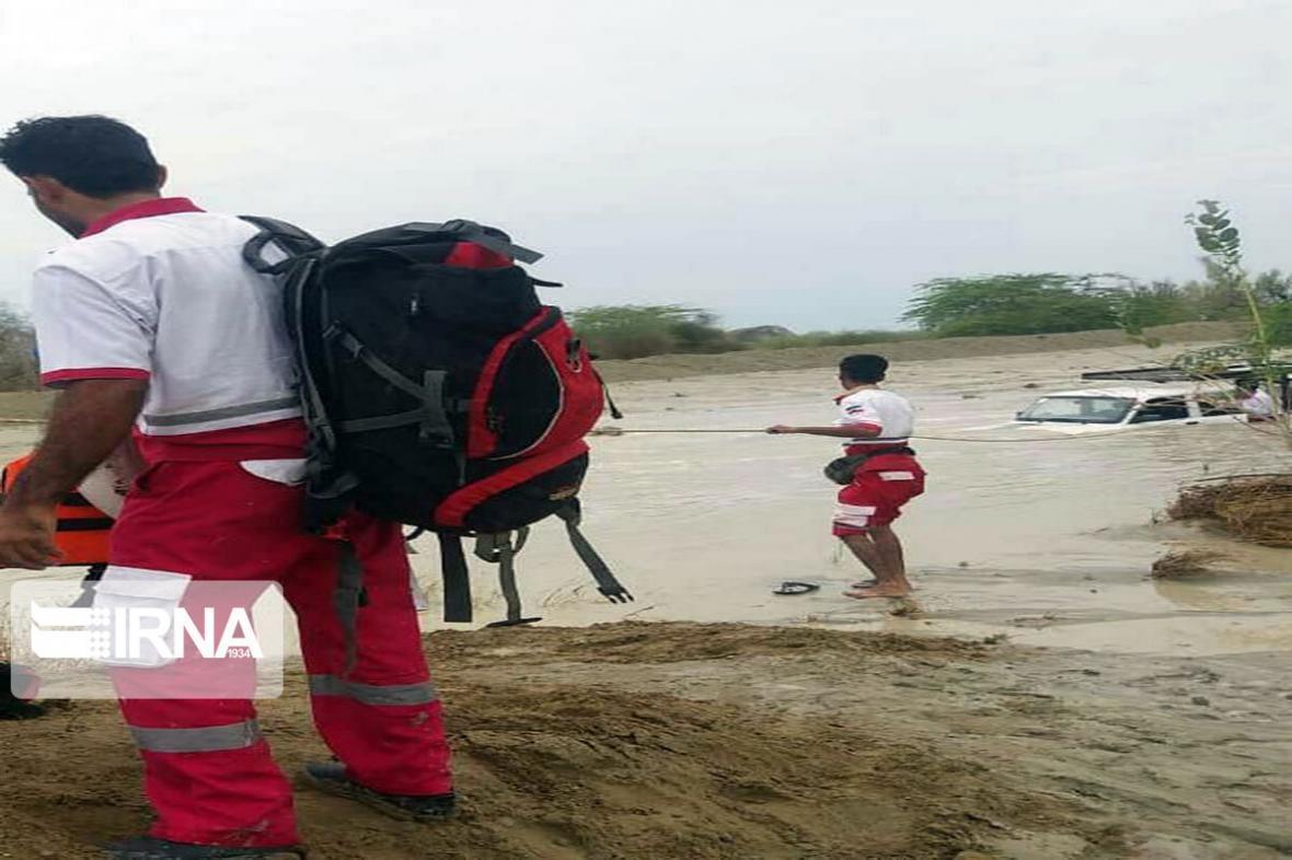 خبرنگاران 6 نفر گرفتار در سیلاب طبس امدادرسانی شدند