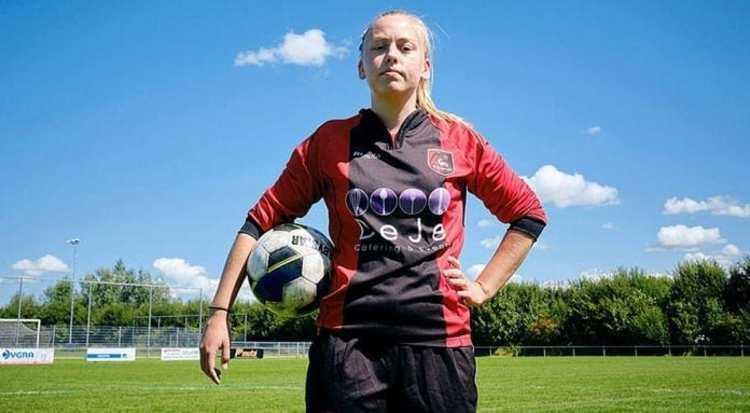 (عکس) برای اولین بار؛ باز شدن پای یک زن به فوتبال مردان