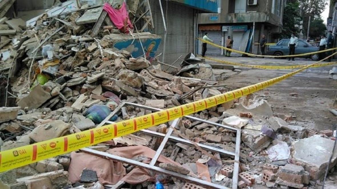 ریزش ساختمان در خیابان جمهوری