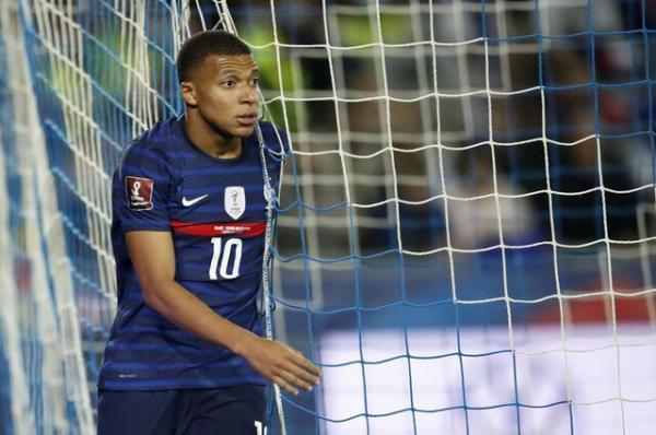 ام باپه اردوی تیم ملی فرانسه را ترک کرد